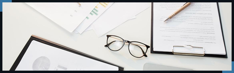 Dokumenty oraz okulary na biurku